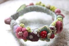 ragtales.  http://ragtale.blogspot.it/2012/04/more-garden-bracelets-for-spring.html