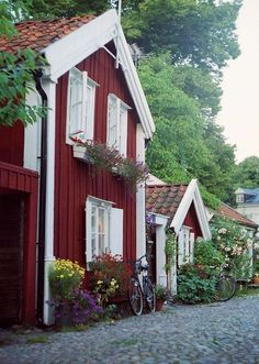 Kalmar, Sweden small old barn red houses along a cobbled streed. I miss Kalmar. Swedish Cottage, Red Cottage, Garden Cottage, Swedish Farmhouse, Stockholm Design, Sweden House, Houses In Sweden, Beautiful Homes, Beautiful Places
