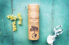 Parfum solide à base de beurre de coco et de cire d'abeille additionné d'huiles essentielles biologiques Aliksir. Le patchouli favorise la connexion à la terre et l'enracinement, il véhicule stabilité, ouvre l'esprit, réveille notre sensualité, dissout les tensions et favorise le laisser-aller. Les agrumes soutiennent joyeusement cette note de base au caractère unique. Composition : …