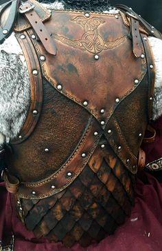 Der Bausatz für die Lederrüstung Odinson kommt komplett mit Körperrüstung und Schulterrüstung. Tunika, Fell und Kettenhemd sind nicht mit dabei. Die Textur- und Kantenpunzierungen sind auch nicht dabei....