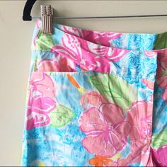"""Lilly Pulitzer Floral Crops Lilly Pulitzer Floral crops. Size 6. 97% cotton/3% spandex. Hook closure. Excellent pre-owned condition. Measurements: rise 10"""", waist  31"""", inseam 22"""", length 30"""". No back pockets, two front pockets. Lilly Pulitzer Pants Capris"""