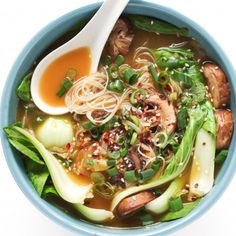 Garlic Noodle Soup with Bok Choy. - Ginger Garlic Noodle Soup with Bok Choy. An easy and healthy lunch or dinner! -Ginger Garlic Noodle Soup with Bok Choy. - Ginger Garlic Noodle Soup with Bok Choy. An easy and healthy lunch or dinner! - The Pure Home . Bok Choy Rezepte, Clean Eating, Healthy Eating, Healthy Cake, Dinner Healthy, Eating Vegan, Healthy Lunches, Asian Soup, Vegetarian Recipes