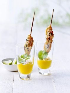 Marinaded chicken skewers with a mango coulis dip/ Gemarineerde kipspiesjes met mangodip - Libelle Lekker Fingers Food, Snacks Für Party, Happy Foods, Mini Foods, Appetisers, Fun Cooking, High Tea, Food Presentation, Food Plating