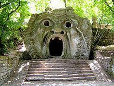 """Il Parco dei Mostri – Einen wahrlich phantastischen Ausflug nahe Rom bietet der """"Park der Ungeheuer"""" bei Bomarzo. Mythologische Figuren sind hier in Stein verewigt und machen den Park zu einem der faszinierendsten Gärten der Welt!  Errichtet im 16. Jahrhundert, geriet der rätselhafte Sacro Bosco (der """"Heilige Wald"""") lange in Vergessenheit. Heute ist der Park für Besucher wieder zugänglich."""
