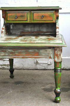 Tables de chevet ferme vert antique rustique toute la main bois peint à la craie de peinture vert blanc et noir.
