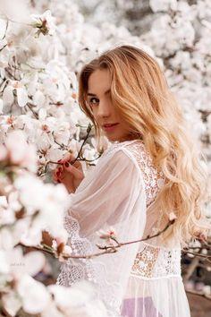 Love this for senior portraits Spring Photography, Photography Pics, Photography Poses Women, Creative Photography, Spring Pictures, Instagram Pose, Stylish Girls Photos, Girl Photo Poses, Creative Portraits