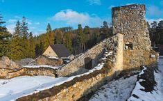 Jaskyne i KláštoriskoPrichádzame na okraj vrcholovej poľany sjediným turistickým centrom, ktoré leží mimo okraja pohoria. Oblasť bola osídlená už na konci doby bronzovej, keď na vyvýšenine Čertovej sihote vzniklo pozorovacie hradisko. V čase tatárskeho ohrozenia slúžili jaskyne v okolí ako útočisko pre ľudí zo Spiša.