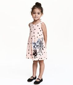 Light pink/bows. Sleeveless dress in soft cotton jersey with a printed pattern. Gathered seam at waist and flared skirt.