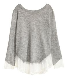 Grau. Pullover aus weichem Feinstrick. Der Pullover hat einen tiefen V-Ausschnitt im Rücken mit Bändchen im Nacken. Lange, asymmetrische Ärmel mit