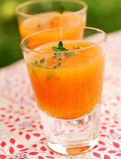 Jéghideg sárgadinnyeleves | femina.hu Fun Drinks, Cold Drinks, Beverages, Haitian Food Recipes, Cuban Recipes, Orange Juice, Smoothies, Punch Bowls, Lemonade