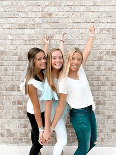 Teen Photo Poses, Group Picture Poses, Pic Pose, Friend Poses Photography, Beach Photography Poses, Best Friends Shoot, Best Friend Poses, Sister Poses, Girl Poses