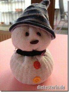 Socken-Schneemann gefüllt mit Reis - Anleitung im Blog.