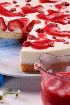 Yogurt panna cotta and strawberry pie- Joghurt-Panna-Cotta-Erdbeer-Torte Loose sponge cake with delicious cream filling, fresh strawberries and strawberry sauce - Easy Cake Recipes, Sweet Recipes, Dessert Recipes, Pie Recipes, Cookie Recipes, Panna Cotta, Food Cakes, Torte Recipe, Strawberry Sauce