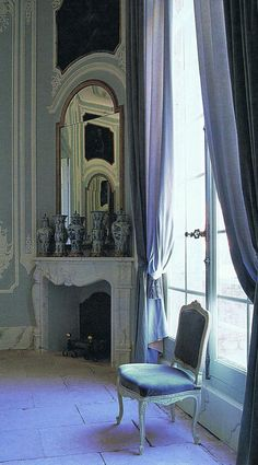 """Dreamy Blues"" Le Duche d'Uzès Provence Corner of the Grand Salon overlooking the courtyard… La Vie en Rose Suzanne Lowry Parisian Apartment, Paris Apartments, French Chic, French Decor, French Style, Style At Home, Style Français, Chateau Hotel, Foyers"