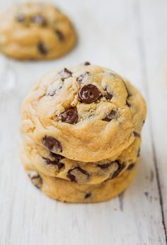 The Best Soft and Chewy Chocolate Chip Cookies - My favorite recipe for chocolate chip cookies! Just one bite and I think you'll agree! Soft Cookie Recipe, Best Chocolate Chip Cookies Recipe, Homemade Cookies, Cookie Recipes, Chocolate Cookies, Köstliche Desserts, Delicious Desserts, Dessert Recipes, Pudding Cookies