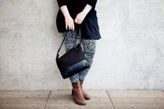 schwarze Crossbody Tasche, Leder, Canvas, schlichtes Design, hadgemacht