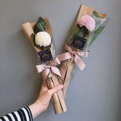Ideas flowers bouquet present floral arrangements Single Flower Bouquet, Flower Bouquet Diy, Bouquet Wrap, Gift Bouquet, Hand Bouquet, Graduation Flowers Bouquet, Paper Bouquet, How To Wrap Flowers, Diy Flowers