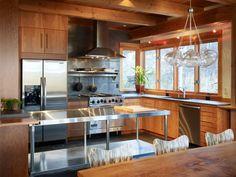 plan de travail inox professionnel assorti à la cuisinière et au frigo américain