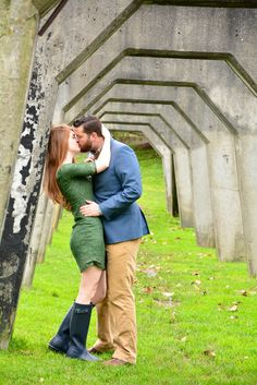 How to choose what to wear and what to avoid, when taking engagement photos. Hunter Outfit, Hunter Boots, Fall Engagement, Engagement Photos, Green Lace Dresses, Smart Girls, Photo Series, Getting Married, Rain Boots