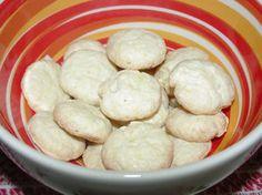 """Biscoitinho de Araruta  500g.fécula de araruta  1 1/2 x. açúcar  1/2 x.manteiga derretida (ñ margarina)  3 ovos  Misturar tudo com as mãos. Fica com textura de farofa úmida. Molde """"moedinhas"""" do tamanho """"10 centavos"""".Disponha as moedinhas em fôrma untada e enfarinhada (ou forrada com papel manteiga puro). Achate c/o garfo levemente para que não quebrem.Forno médio até que os biscoitos fiquem dourados só por baixo.Conservar em pote bem fechado.Massa crua pode congelar,pq rende 200 biscoitos."""