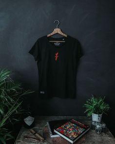 """Casual Round Neck T-Shirt in schwarz mit Heart Over Bucks Print vorne, Love Wins Backprint und kleinem """"Created & LTD Siegel"""" Print unten rechts. Für Männer und Frauen. Das Design ist auf 100 St. limitiert. Nachhaltige Materialien und faire Produktion. Tipp: Ärmel 2-mal umschlagen, und schon hast du ein Roll-Sleeve Shirt. 1,- € aus jedem Verkauf spenden wir für wohltätige Zwecke. Mehr Ideen für nachhaltige Outfits und Accessoires findest du bei Stroncton im Online Shop #stroncton Martin Luther King, Love Can, Clothing Company, My Outfit, My Design, Mens Tops, November, Clothes, Women"""