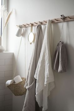 Textilien im Badezimmer. Ein Beitrag von A Pinch of Style - Bath Towel - Ideas of Bath Towel - Textilien im Badezimmer. Ein Beitrag von A Pinch of Style Small Bathroom Storage, Bathroom Styling, Storage Spaces, Kitchen Storage, Bathroom Wall Decor, Bathroom Towels, Kitchen Towels, Bathroom Canvas, Mosaic Bathroom