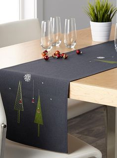 Modern Christmas table runner Available in 4 sizes, Modern Christmas table runner Available in 4 sizes, Diy Abschnitt, Patchwork Table Runner, Table Runner And Placemats, Table Runner Pattern, Quilted Table Runners, Dining Room Table Runner, Modern Table Runners, Christmas Sewing, Christmas Embroidery, Christmas Crafts