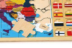 """www.malinowyslon.pl  Puzzle """"Europa z flagami"""" Puzzle wykonane z mocnej sklejki, 36 dużych puzzli i 26 również wyjmowanych flag państw. Zabawa i konkurs na dopasowanie flagi do nazwy państwa. Nauka poprzez zabawę .."""