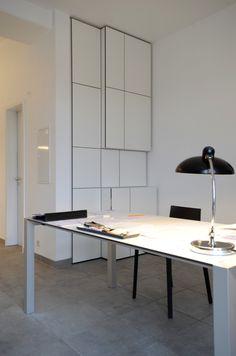 Einraumbüro mit Übernachtungsmöglichkeit und Pantry: Wandschrank mit integriertem herausziehbaren Bettkasten, Garderobenschrank, Druckerfach