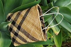 My collection of kete (or woven Maori bags) is mostly made to order - traditional flax weaving, based in Whangarei, Northland, made by Allflax, Wendy Naepflin Flax Weaving, Maori Designs, Weaving Patterns, Weaving Techniques, Knitted Bags, Beading Tutorials, Woven Bags, Reusable Tote Bags, Crafty