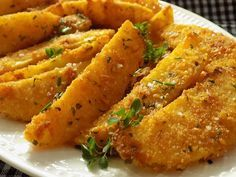 Oloupané brambory nakrájíme po délce na osminky. Dáme do studené vody na 30 minut a osušíme.Vejce rozšleháme se solí, kořením a pepřem.... Modern Food, Roasted Vegetables, Chicken Wings, Cornbread, Food Inspiration, Sweet Potato, Tapas, Carrots, Easy Meals
