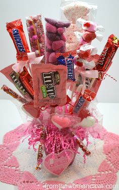 30 Easy and Beautiful Valentine Candy Bouquet Ideas - HomeCoach Candy Bouquet Diy, Valentine Bouquet, Diy Bouquet, Candy Boquets, Valentine Wreath, Valentine Baskets, Valentine Crafts, Valentine Ideas, Holiday Baskets