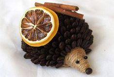 Voňavý ježek z kávových zrn. Coffee Bean Art, Coffee Beans, Master Class, Crafts To Sell, Crafts For Kids, Caffeine Free Tea, Christmas Diy, Christmas Ornaments, Styrofoam Ball
