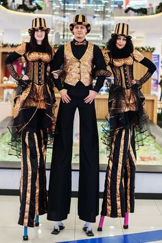 variety show Stilts walker (costume) Costume Échasses, Stilt Costume, Circus Costume, Carnival Costumes, Steampunk Circus, Dark Circus, Human Oddities, Fancy Dress Design, Cool Outfits