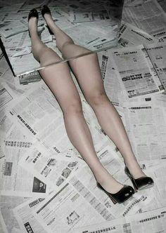 Jornal. Pernas. Espelho