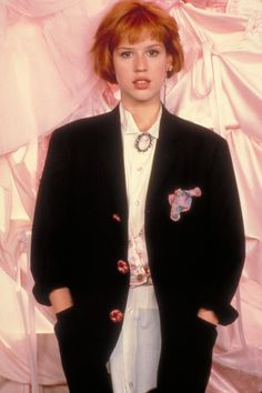 Molly Ringwald in Sixteen Candles Really? This looks more like her Pretty in Pink getup.