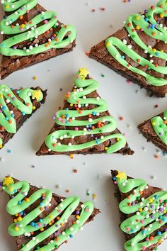 Making brownies from the box is easy, and so are the Christmas tree brownies seen here. All you need to do is cut a sheet of brownies into triangles, drizzle with green frosting, and add some sprinkles.Get the instructions here. Christmas Party Food, Christmas Appetizers, Christmas Cooking, Christmas Crafts For Kids, Christmas Goodies, Christmas Desserts, Simple Christmas, Christmas Treats, Holiday Treats