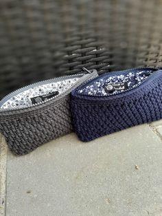 Crochet Pouch, Crochet Gifts, Crochet Handbags, Crochet Purses, Love Crochet, Diy Crochet, Yarn Bag, Crochet Flower Tutorial, Loom Knitting