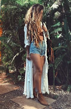 Alisa Belochkina is a Ukrainian model who's exploring her boho soul through Instagram. To be honest we couldn't pass by and not include her in our list of the boho bloggers to follow in 2018.  When 24 hours is not enough in Goa. High-waist denim mixed with a maxi kimono to achieve the gypsy style.