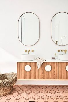 Pink Tiles, Gold Tapware, Vanity The post Three Birds Renovations Bathroom appeared first on House. Bad Inspiration, Decoration Inspiration, Bathroom Inspiration, Decor Ideas, Decorating Ideas, Decor Diy, Interior Decorating, Bathroom Renovations, Home Decor