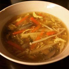 Lyst på Pekingsuppe ? Denne er vi godt fornøyde med . Du trenger: 2liter hønsebuljong,... Asian Recipes, Ethnic Recipes, Home Food, Chinese Food, I Foods, Thai Red Curry, Soup Recipes, Diet, Soups