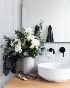 Simple And Effective Interior Home Design Solutions Modern Bathroom Decor, Bathroom Inspo, Bathroom Interior Design, Modern Interior Design, Bathroom Inspiration, Bathroom Ideas, Bathroom Styling, Classic Bathroom, Bathroom Organization