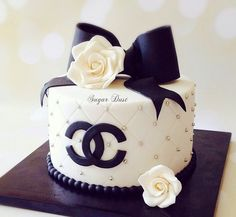White quilted Chanel cake with black bow Chanel Birthday Cake, 18th Birthday Cake, Birthday Cakes For Women, Birthday Cookies, Birthday Ideas, Bolo Channel, Channel Cake, Bolo Gucci, Gucci Cake