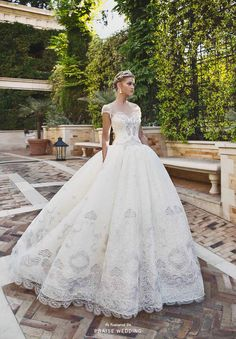 The latest bridal collection from Alessandra Rinaudo is fit for a classic princess!