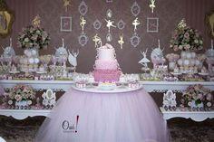 Amei a ideia da Douce Enfant para esta festa bailarina. A mesado bolo foi colocada no meio da sala de doces. Ficou muito legal pois foi usado um saiote na mesa que imitava a saia longa de uma bailarina!! Adorei a ideia porque geralmente se coloca este saiote na mesa toda e da maneira como …