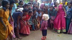 Hellhäutiges Kind trifft eine Gruppe indischer Kinder