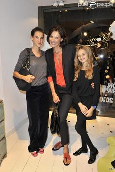 Inès de la Fressange avec ses filles Violette et Nine, le 7 septembre 2010 pour le lancement de la collection Stone pour Bonpoint.