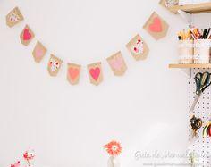 Llena de corazones y color, esta preciosa guirnalda es ideal para decorar cualquier rincón de casa, incluso la habitación de los peques. Imprime el patrón gratis y a disfrutarla!