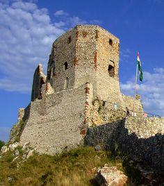 15 misztikus várrom Magyarországon | femina.hu Csesznek Beautiful Castles, Before I Die, Medieval Castle, Palaces, Slovenia, Czech Republic, Homeland, Hungary, Croatia