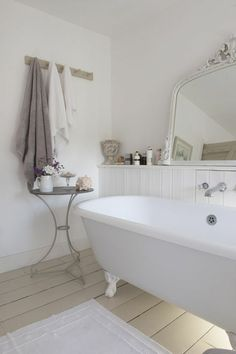 Check Out 25 Lovely Shabby Chic Bathroom Design Ideas. Shabby chic bathrooms are so cute that when you see them, you just can't get enough! Shabby Chic Zimmer, Baños Shabby Chic, Cocina Shabby Chic, Shabby Chic Interiors, Shabby Chic Bedrooms, Shabby Chic Kitchen, Shabby Chic Furniture, Chabby Chic, Modern Interiors